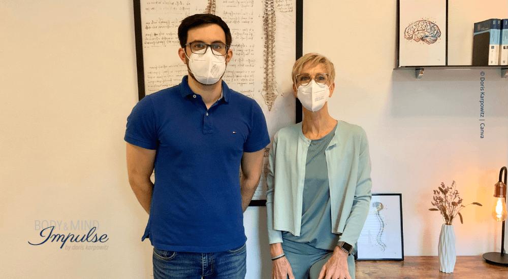 KG-ZNS | Physiotherapeut Stephan Pohl behandelt die MS-Betroffene Doris Karpowitz physiotherapeutisch
